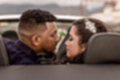 Photographe. Jeune mariés amoureux qui vont s'embrasser. La Réunion. Mariage