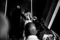 Photo en noir et blanc des futurs époux se dirigeant vers la mairie à La Réunion