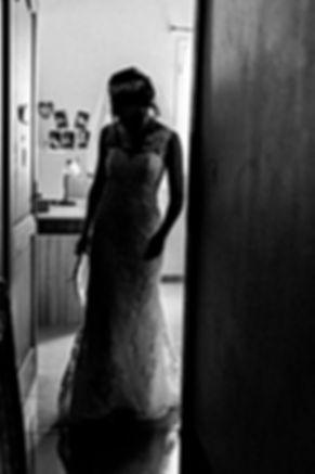 Photographie en noir et blanc de la mariée qui fait ses premiers pas avec sa robe à l'île de La Réunion