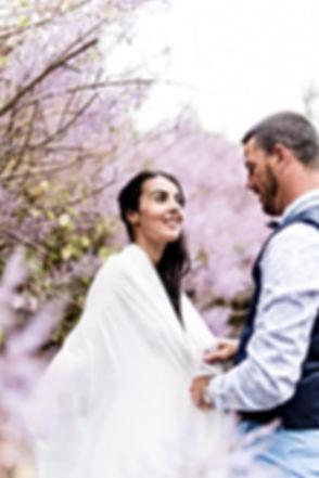 Photographe. Jeunes mariés sous les fleurs à La Réunion. Mariage