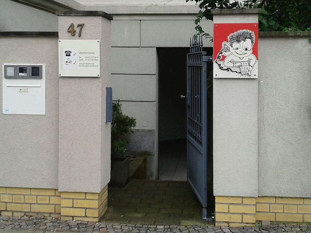 Eingang zum kleinen individuellen Callcenter in der Sebastian-Bach-Straße in Leipzig | Foto: Uta Herrmann