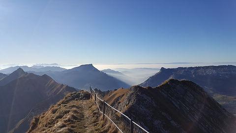 Berner_Oberländer_Alpen_mit_Geländer.jpg