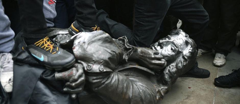 Estátua de traficante de escravos é derrubada por manifestantes em Bristol, no Reino Unido