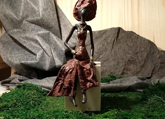 Statue Dame assise heureux événement