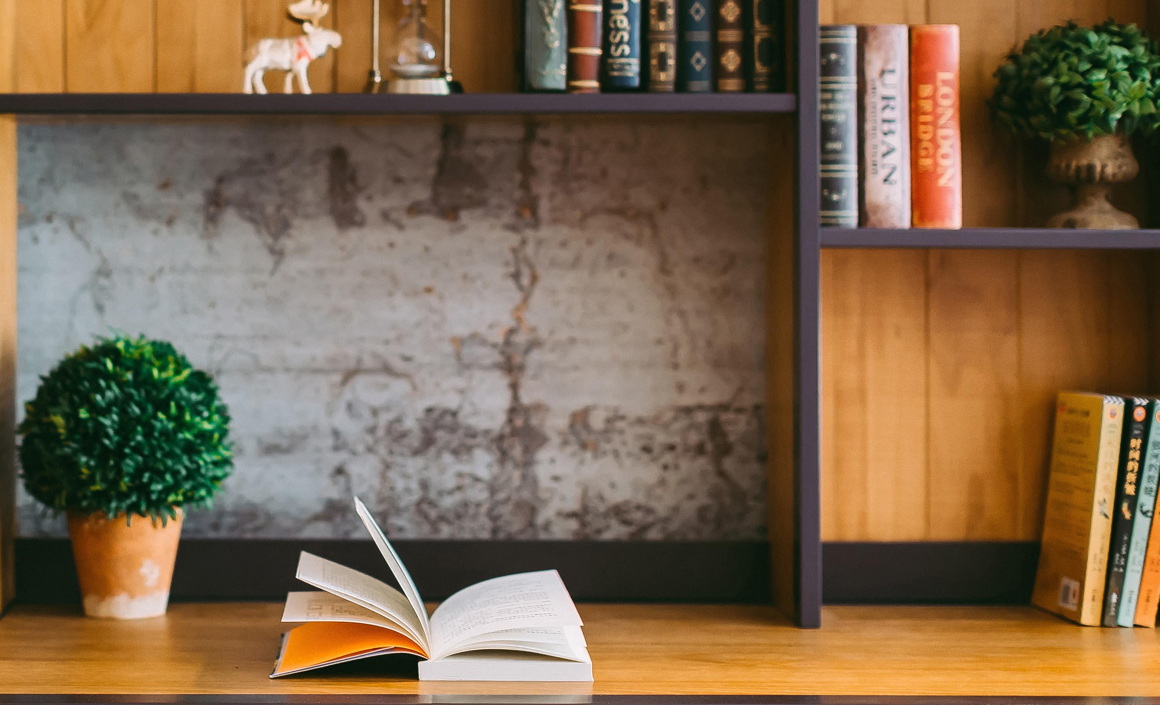 Schreibtisch mit Buch