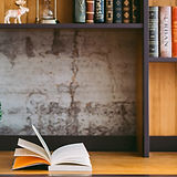 Письменный стол с книгой