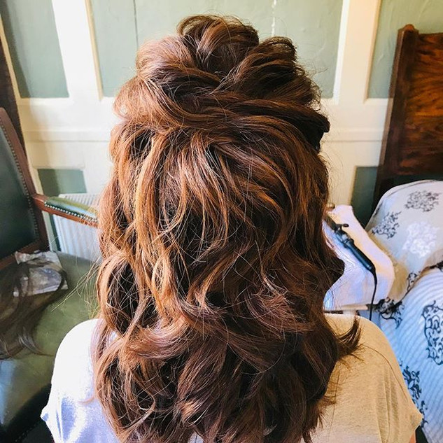 A gorgeous half updo for a wedding guest #inspiration #bridal