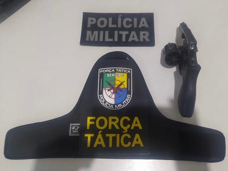 Suspeitos são conduzidos para delegacia por porte ilegal de arma de fogo em Itabaiana