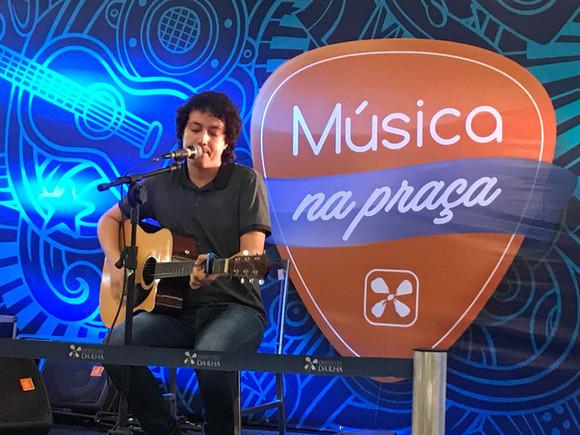 Lucas Sobrinho no Música na Praça do Shopping da Ilha nesta terça feira