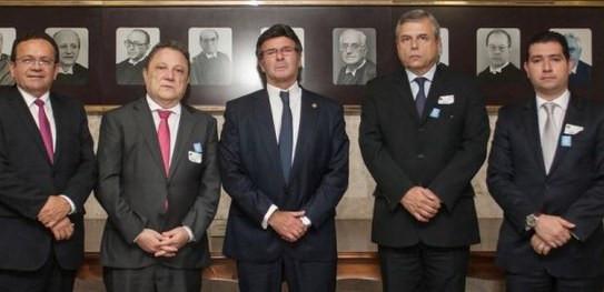 E/D: Desembargadores Sebastião Martins (TRE-PI) e Cleones Cunha (TRE-MA), o ministro Luiz Fux (presidente TSE), o des. Waldir Júnior (TRE-SP) e o juiz auxiliar José Welligton Bezerra (CRE-SP)