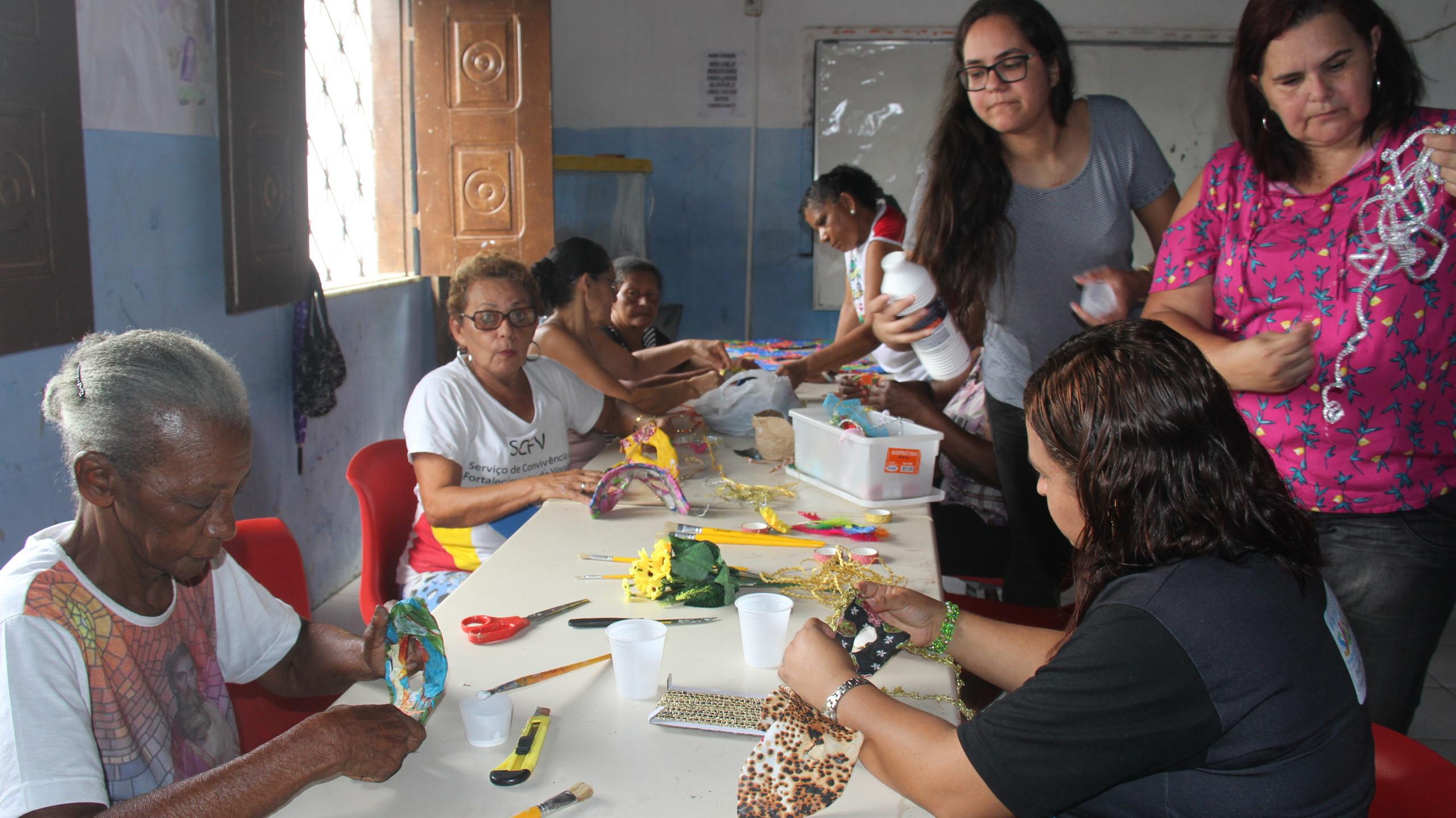 Durante três dias, idosas do bairro Sol e mar aprenderam a confeccionar máscaras carnavalescas com papel reciclado.