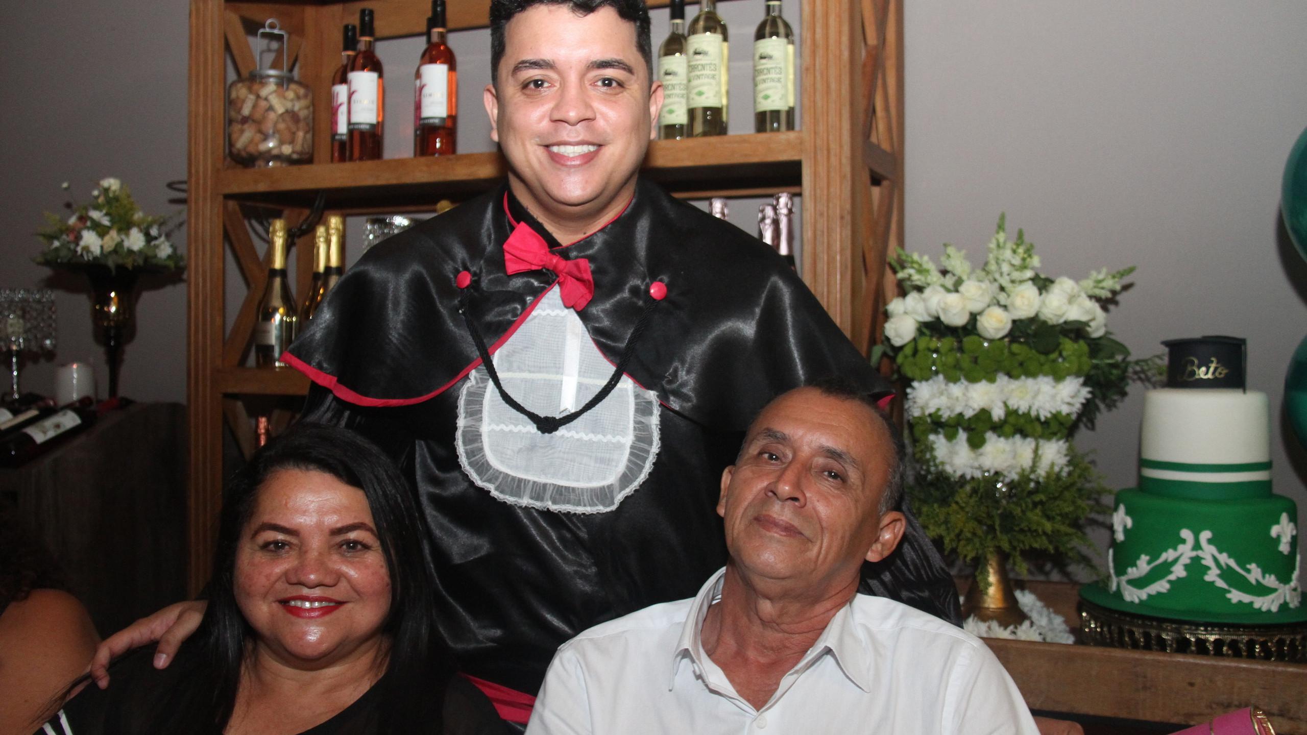 O recém formado Beto Soares com seus pais, Loide Soares e Paulo da Paz.