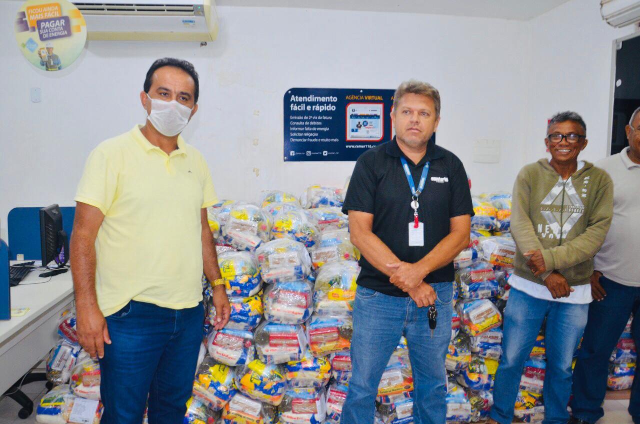 O Prefeito de Pedreiras, Antônio França recebe as doações da Equatorial Maranhão