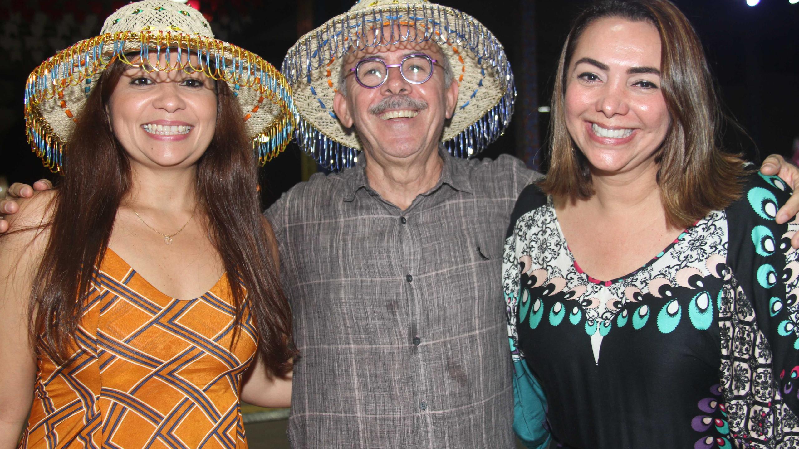 Francila Soares e Jaqueline Guimarães entre o diretor da Cemar José Jorge Soares.