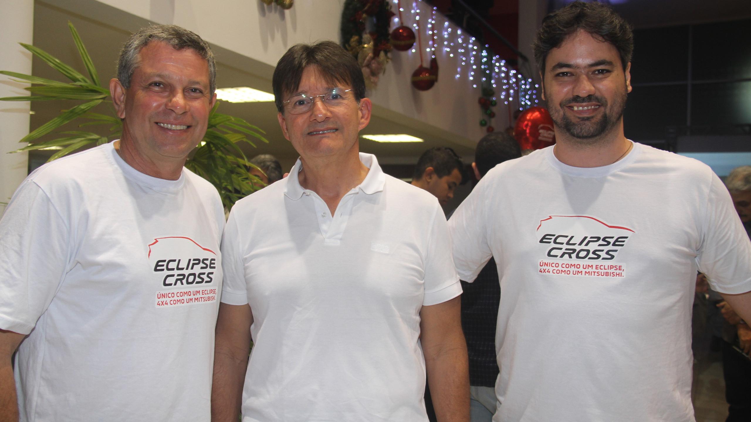 O empresário Jura Filho entre o piloto Fábio Cadasso e seu navegador João Afro, patrocinados pela marca.