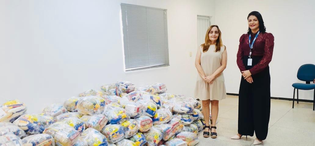 A Secretária de Assistência Social de São Luís Gonzaga, Socorro Fernandes recebe as doações das mãos da Executiva de Relacionamento com o Cliente da Equatorial Maranhão, Laise Rabelo