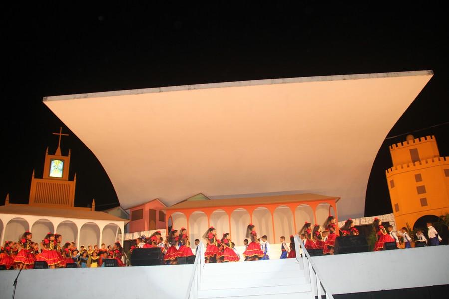 Alunos de escolas municipais e do Dom Bosco encenaram Carmen no cenário concebido por Roosevelt Murad.