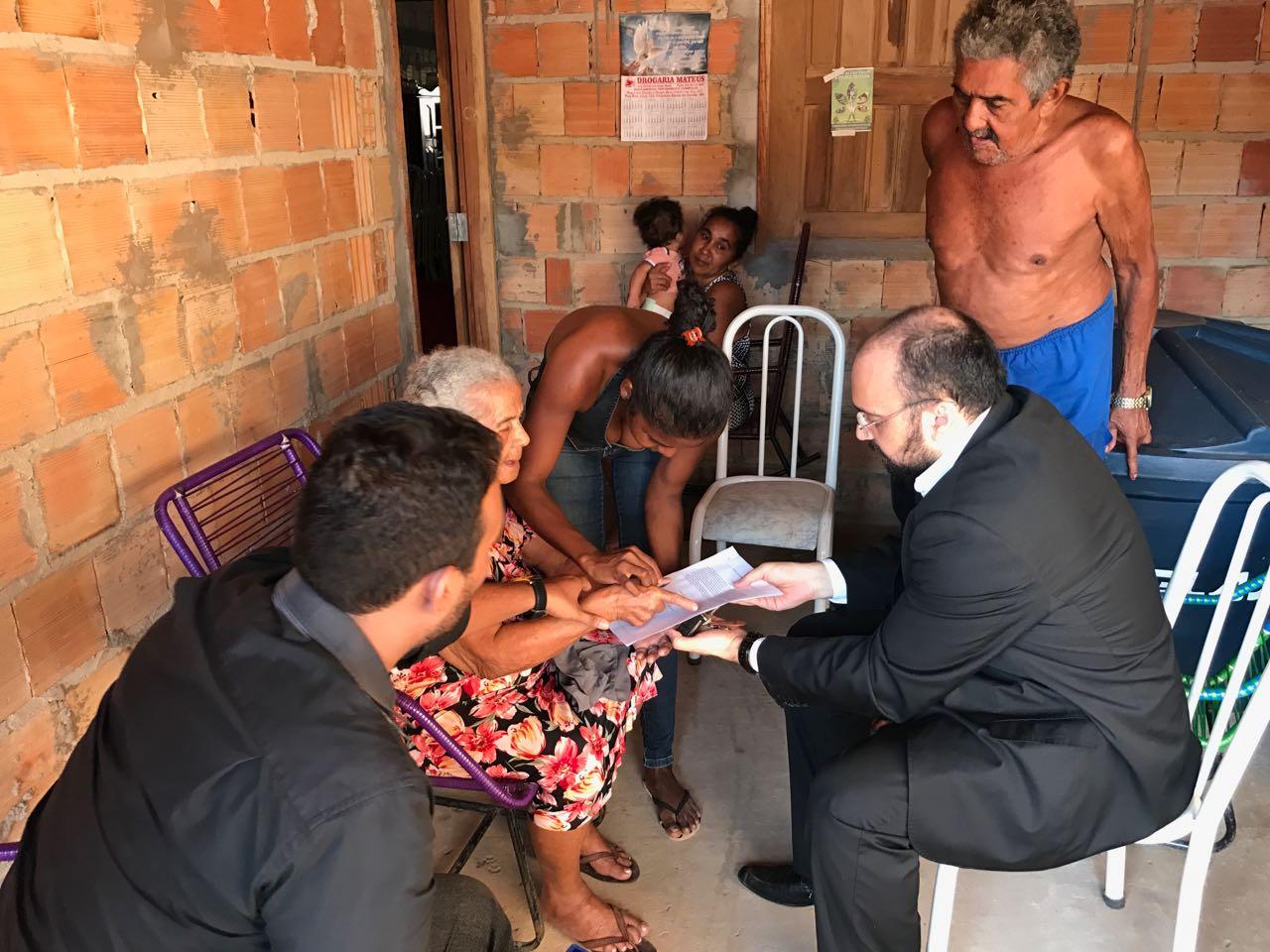 Defensor de Barra do Corda em atendimento na casa de idosa que teve os direitos violados