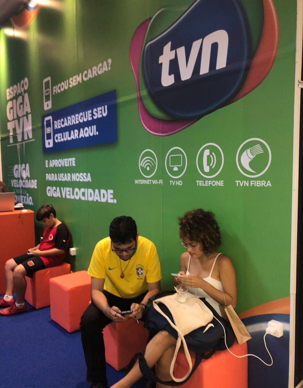 "Visitantes do Shopping da Ilha desfrutam de internet wifii Giga e local para recarga de celulares no Lounge ""Giga TVN""."