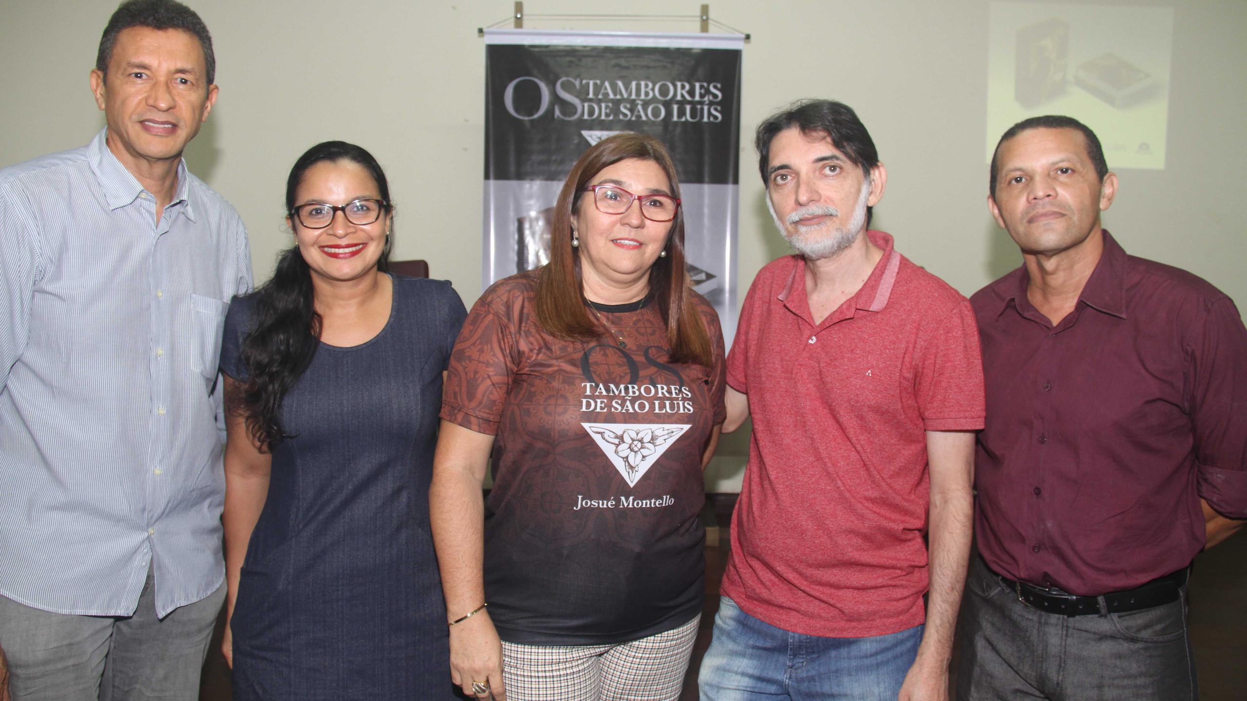 Os representantes da Cemar Luiz Carlos Cardoso e Jeanne Pires, os coordenadores editoriais Joseane Souza e Wilson Marques e o escritor e membro da Academia Maranhense de Letras José Neres.