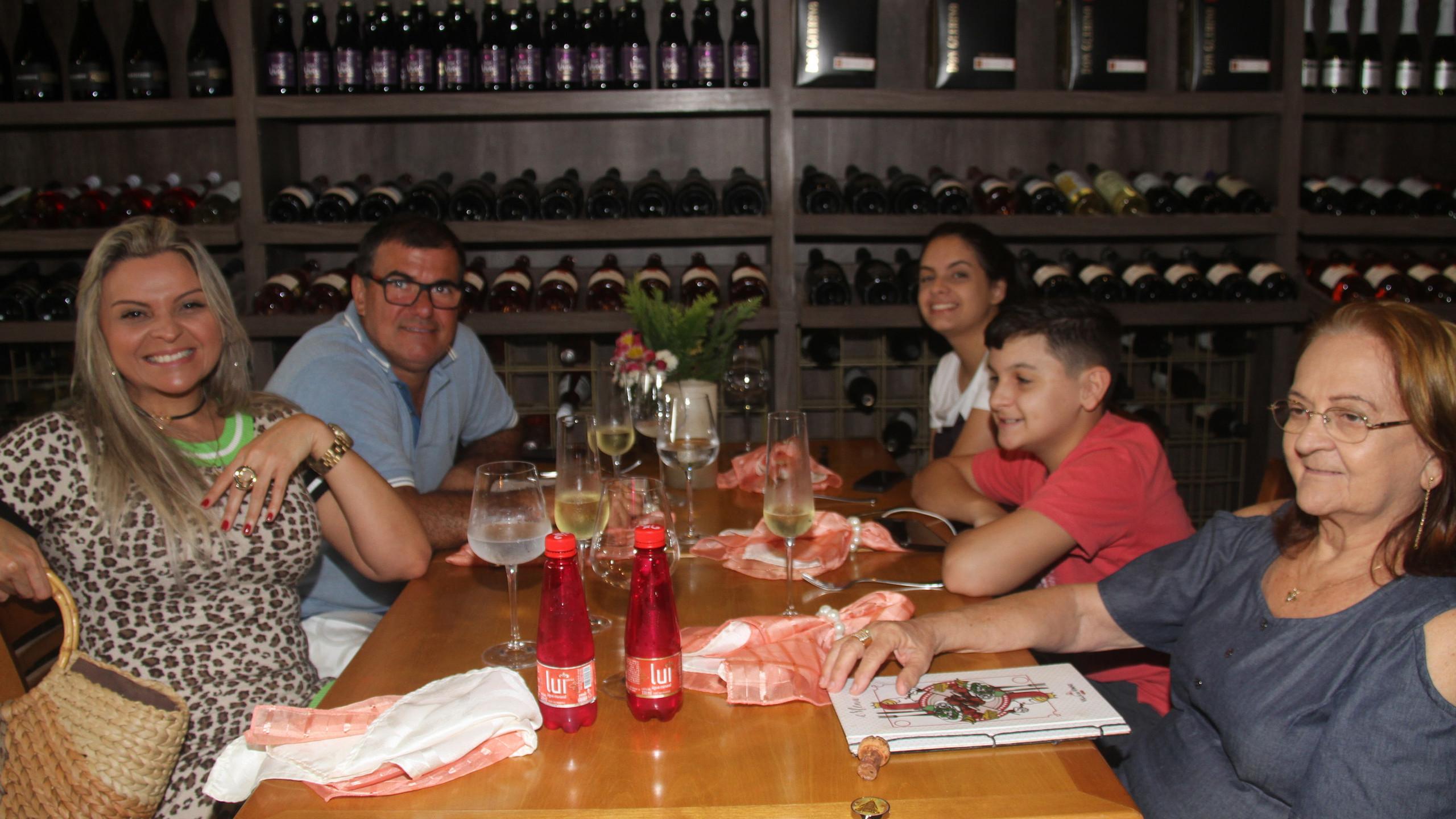Márcia Medeiros e Antônio com os filhos Baltazar e Maria Fernanda e Geni Maria.
