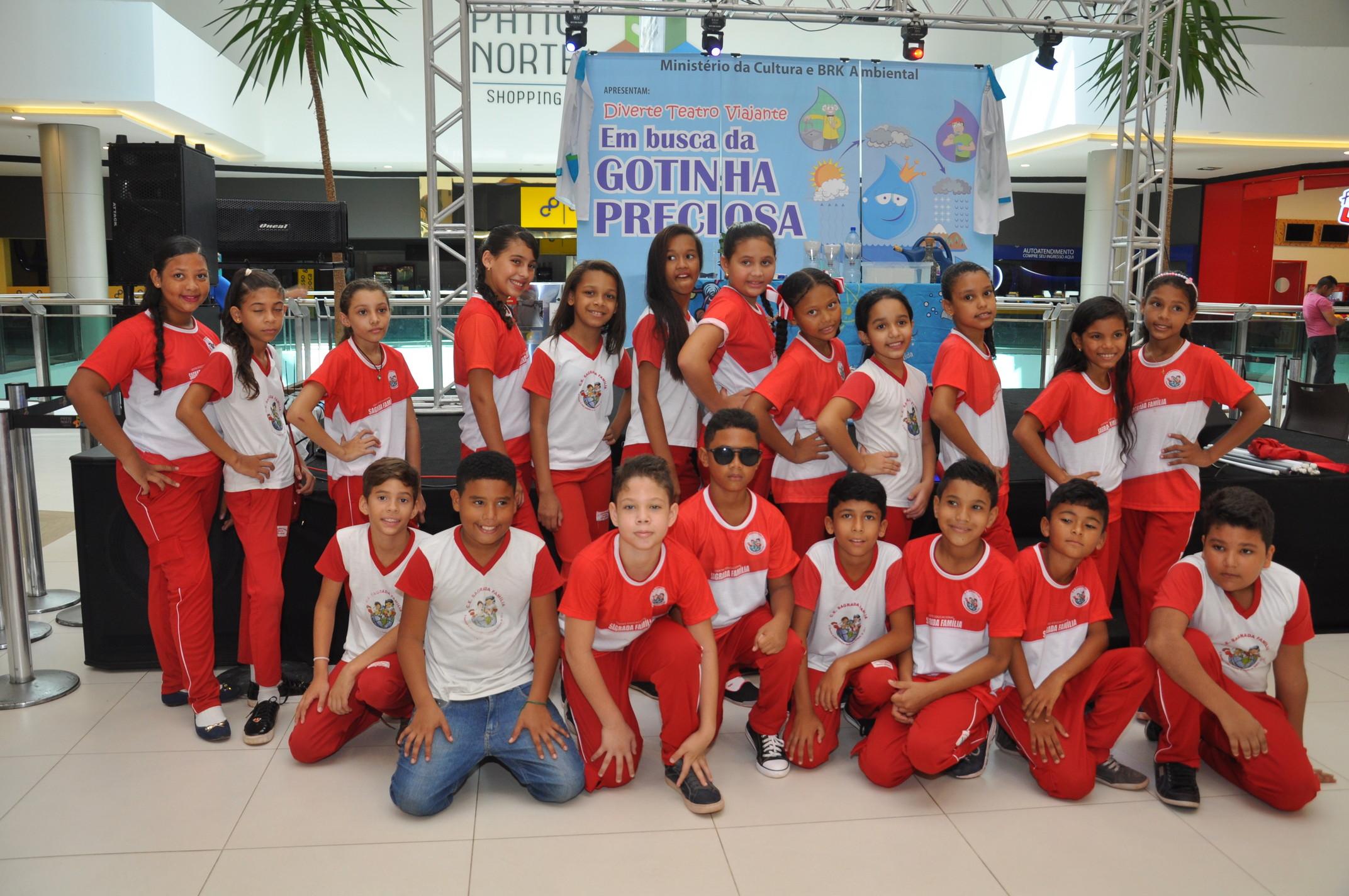 Alunos da escola Sagrada Família.