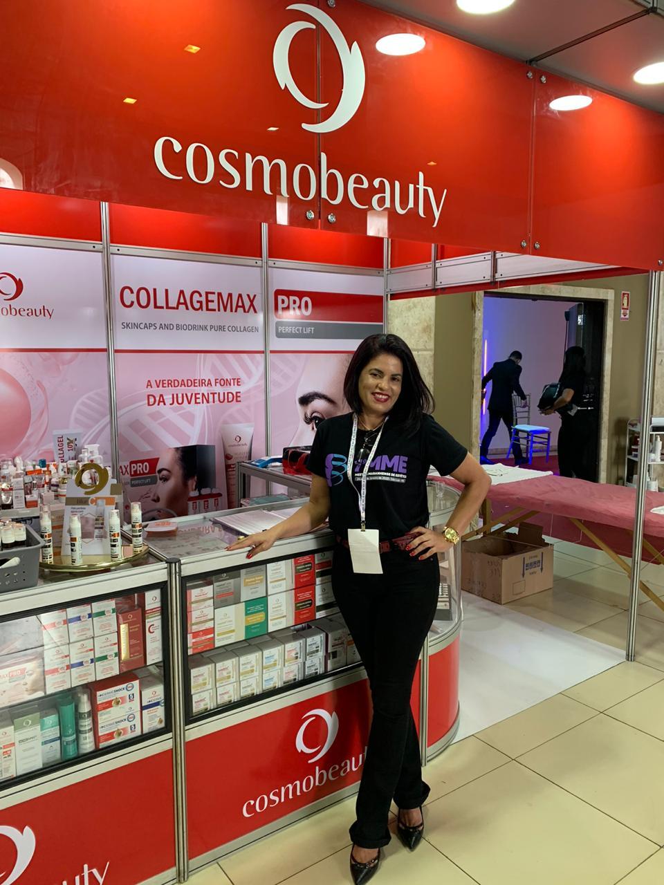 A franqueada Giselle Araújo Pereira, no stand da Cosmobeauty durante o I Meeting Maranhense de Estética; no qual a marca fez sucesso entre os profissionais do setor.