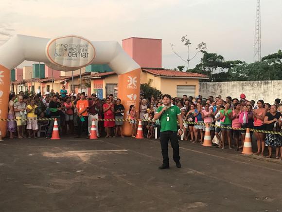 O projeto Comunidade Eficiente Cemar realiza troca de geladeira no município de Viana