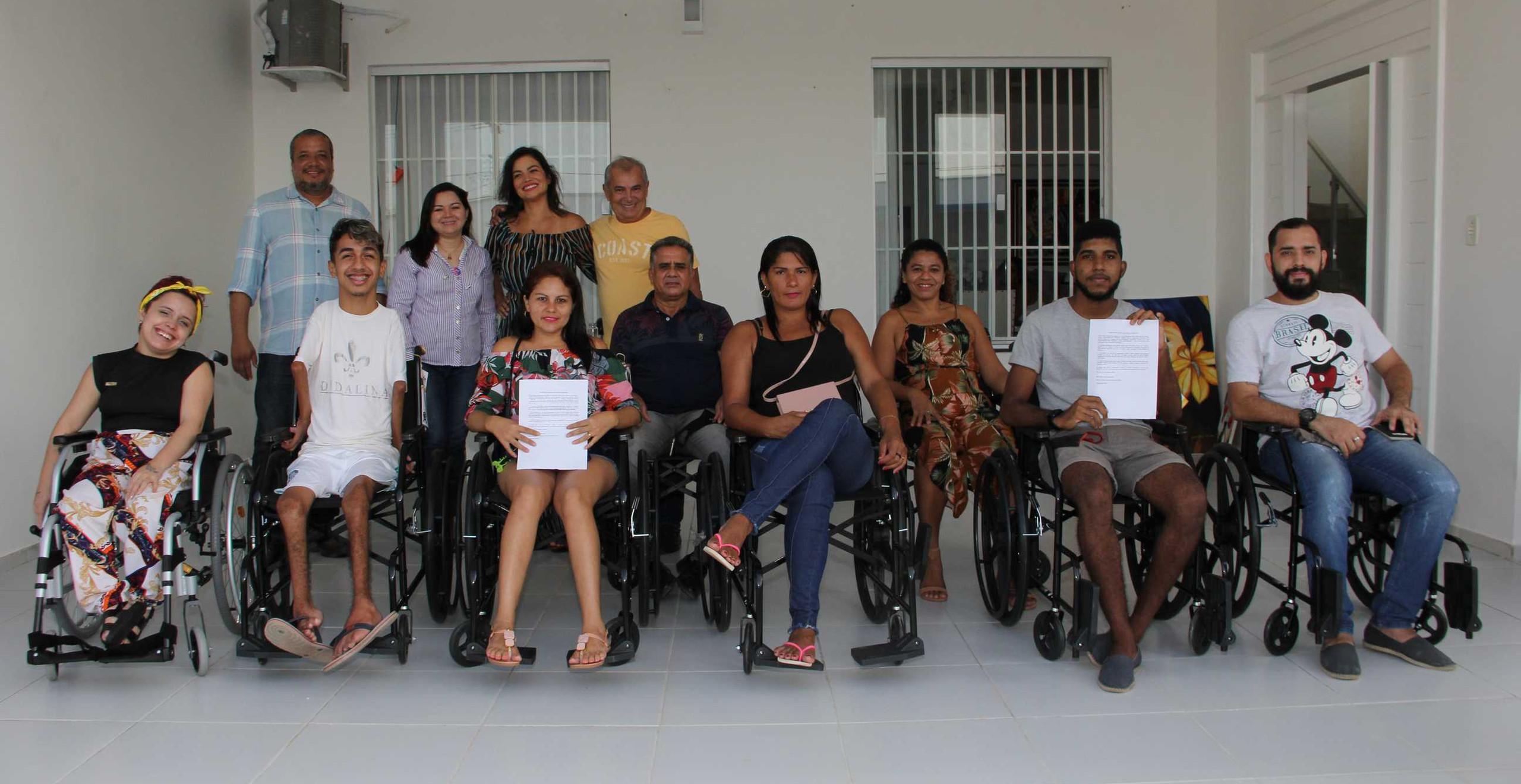 Flávia Bittencourt com os pais, patrocinadores e o grupo de cadeirantes que receberam as novas cadeiras de rodas doadas pela cantora.