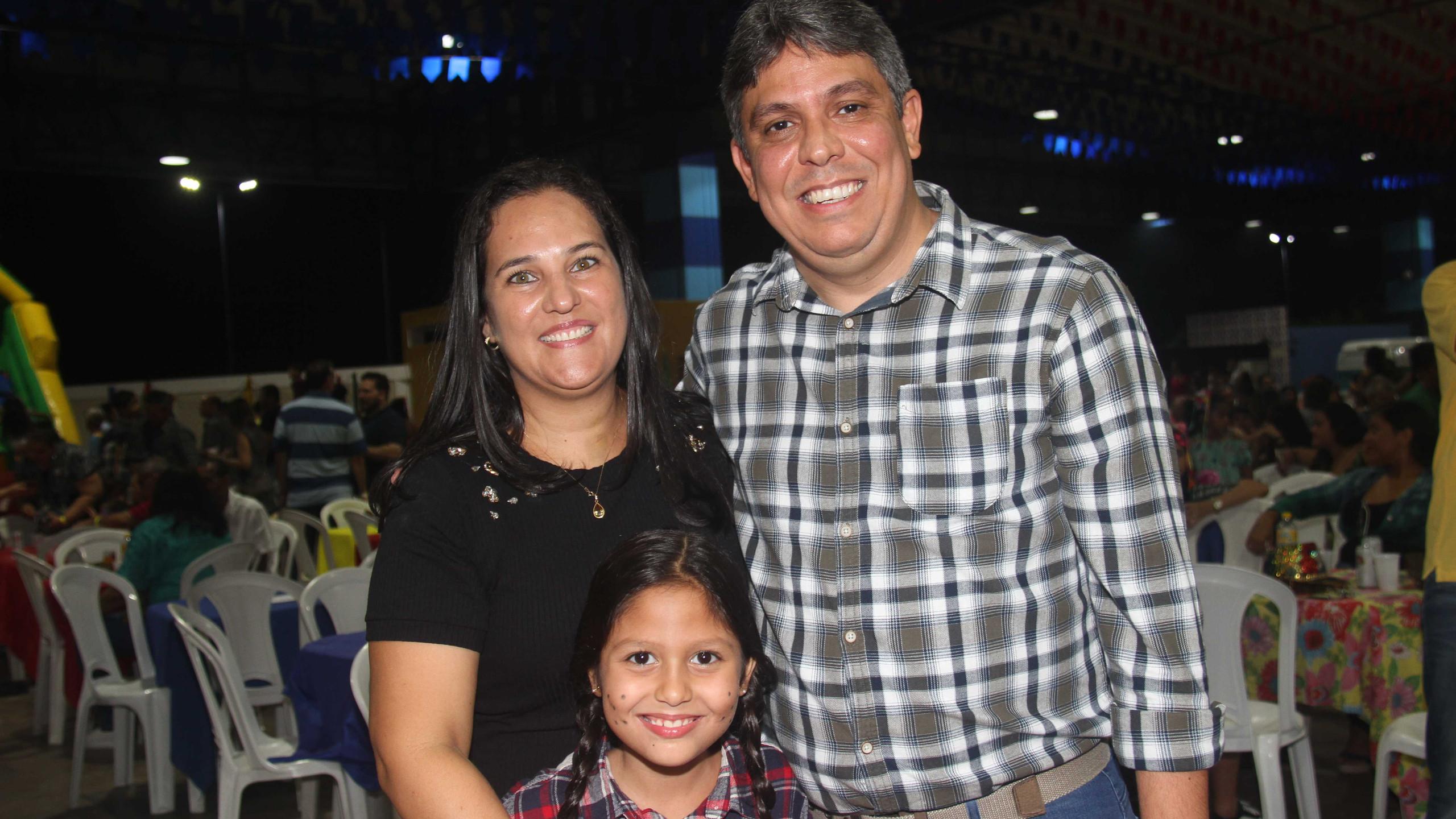 Gislei Sousa com seu marido Augusto Dantas Presidente da Cemar e a filha Vitória.