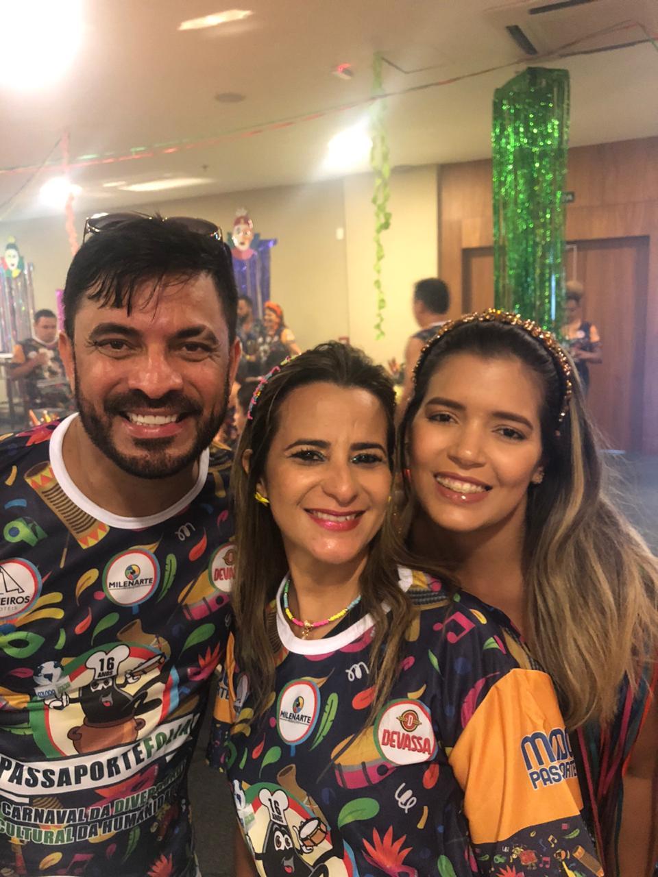 Pepe Jr e a namorada Ana Raísa Moura entre Nair Brito.