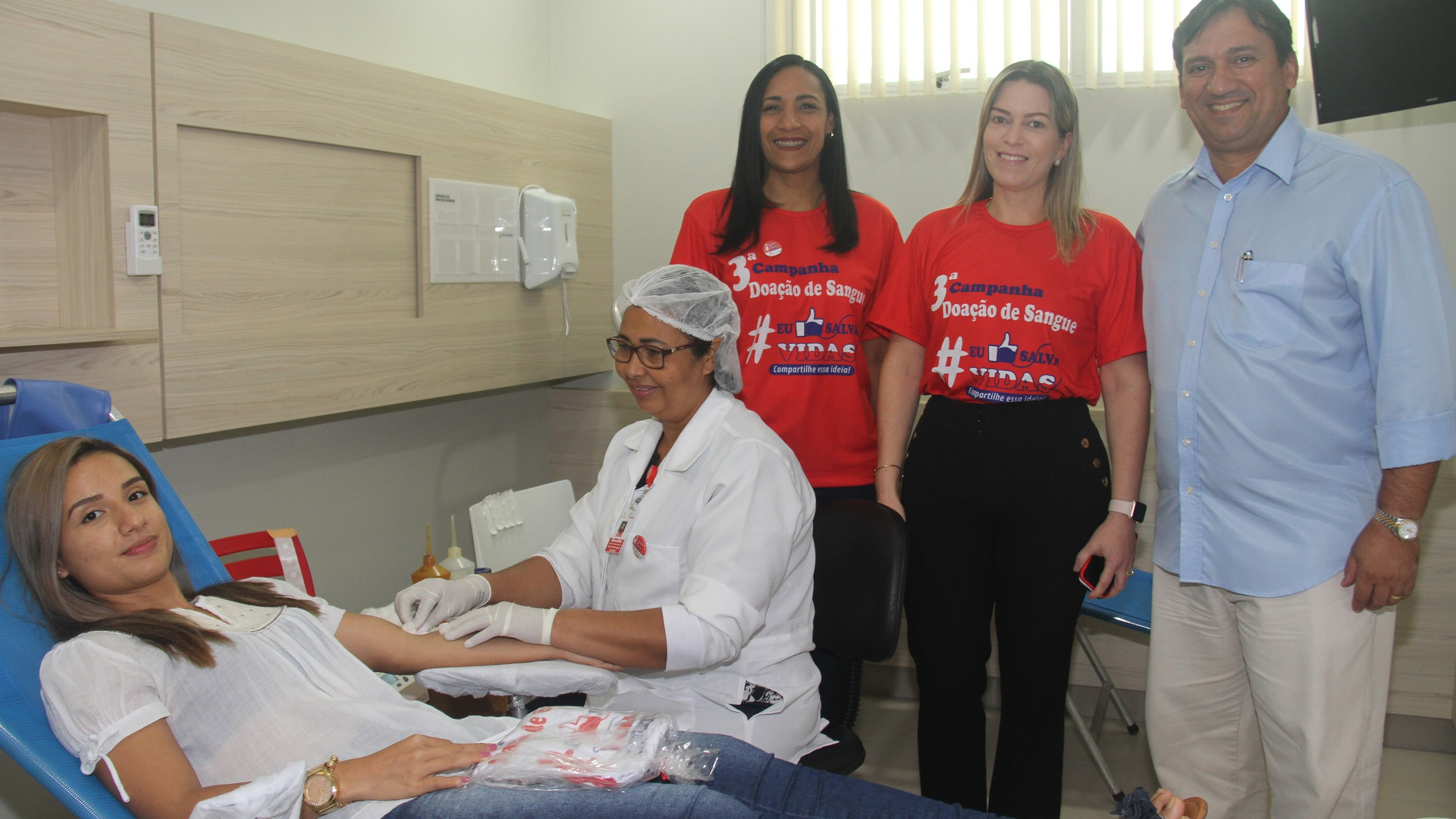 A recepcionista e doadora Indiana Ingrid Carvalho com Vanessa Rodrigues, a Conselheira do Grupo Mercúrio Patrícia Vasconcelos e o Dir. da Maternidade Natus Lumine César Dias.