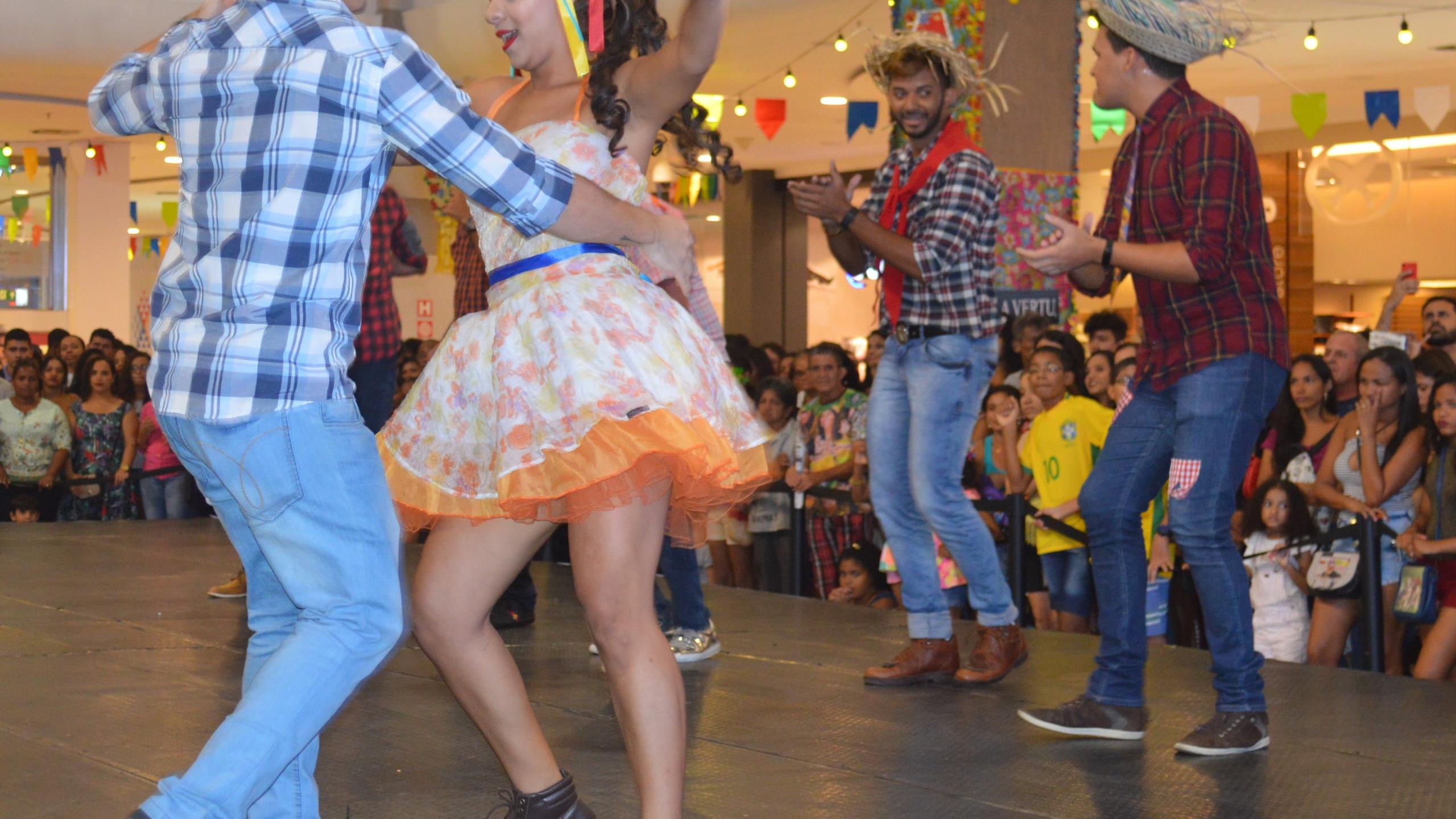Blogueiros dançando quadrilha;