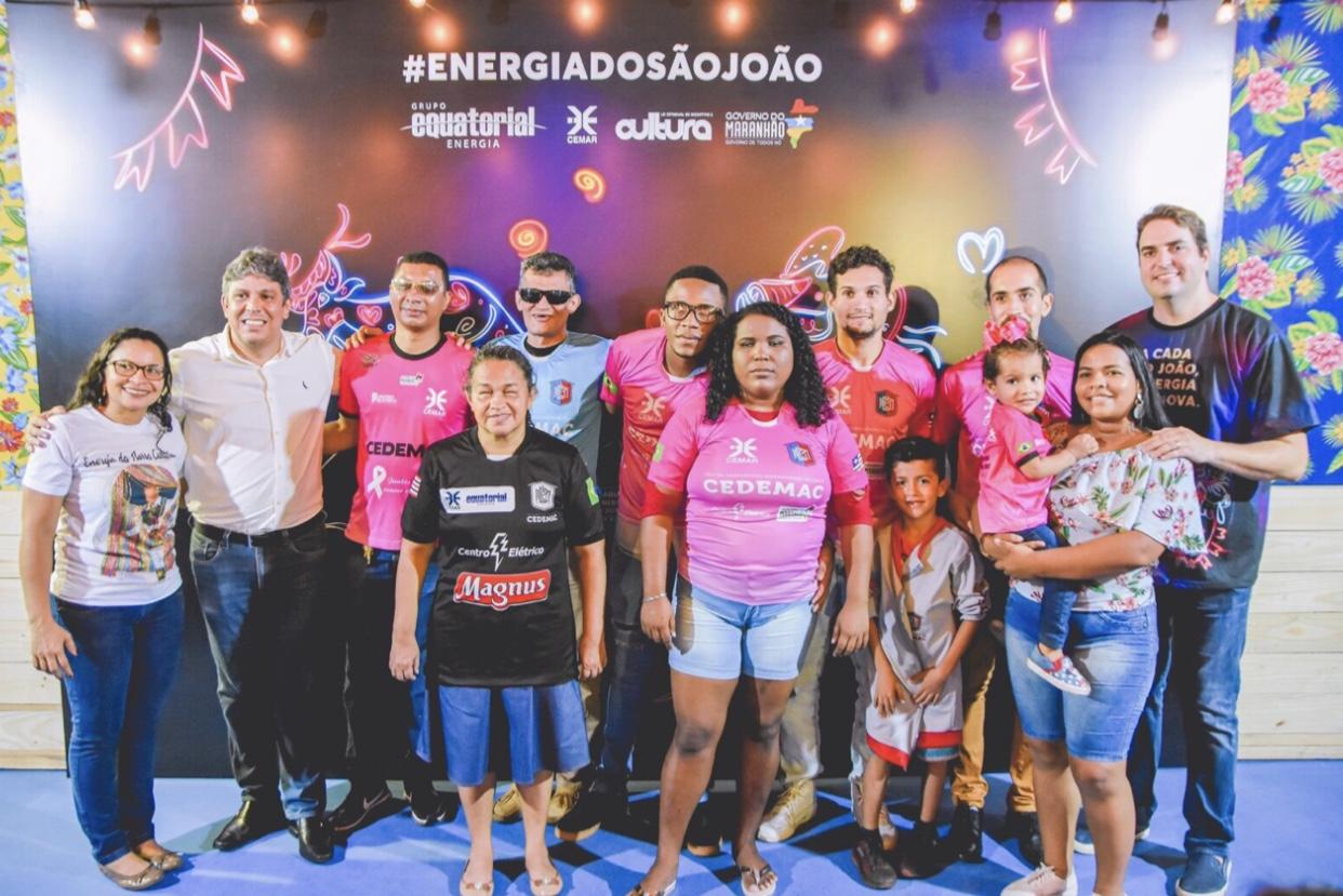 O Presidente da Equatorial Cemar Augusto Dantas e a assessora Jeane Pires com grupo de atletas cegos do CEDEMAC em visita ao Arraial Energia do São João no Ceprama, e o produtor Henrique Almeida (Octop).