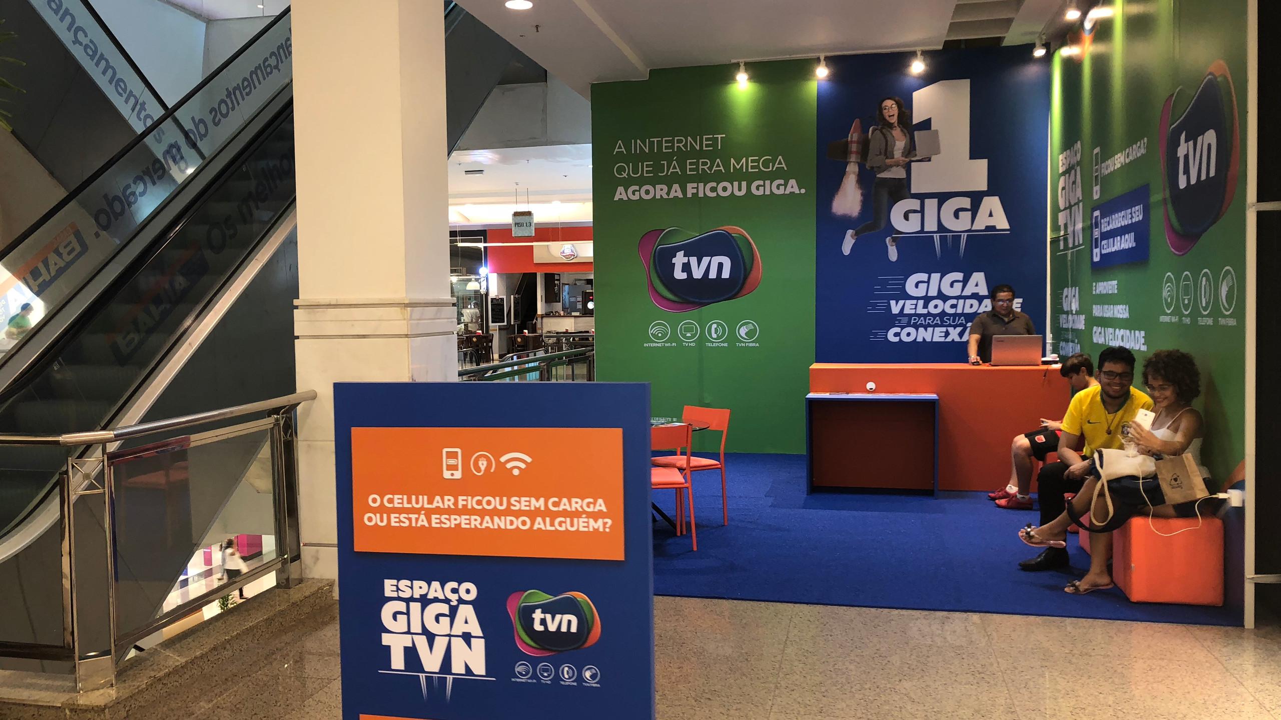 O amplo espaço do Lounge Giga TVN fica próximo às escadas rolantes e a loja Renner no segundo andar do Shopping da Ilha.