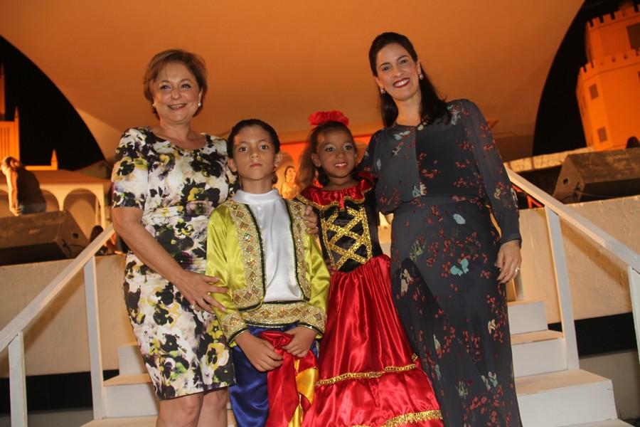Ceres Murad e a primeira dama municipal Camila Holanda com os alunos Otávio Augusto Carvalho e Morennah Rosah Pestana, protagonistas da ópera.