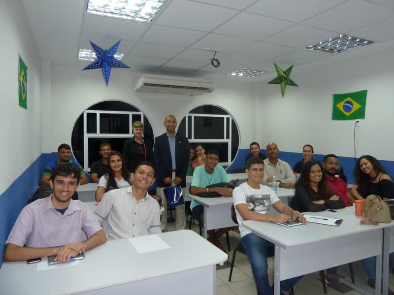 DANIELLE VIEIRA / INTERMÍDIA: Universitários maranhenses, alunos da Faculdade DeVry São Luís, participando do encontro com diplomatas norte- americanos.