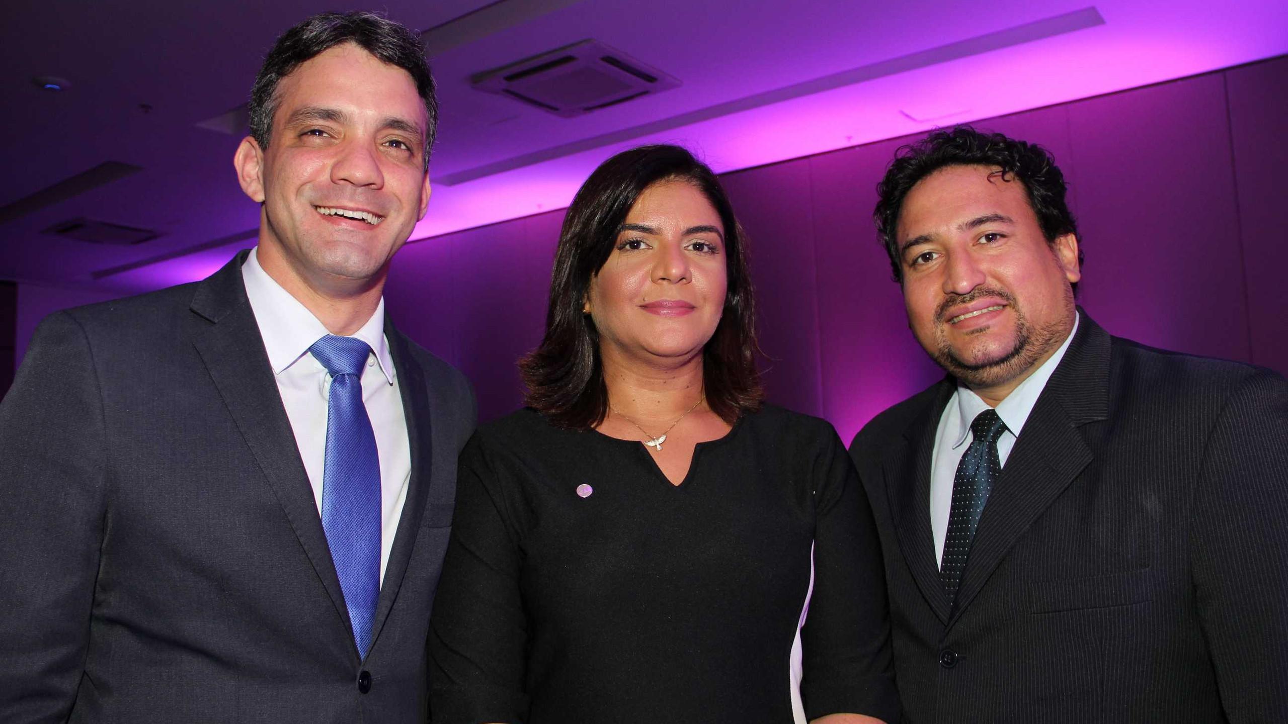 O Pres. da OAB-MA Thiago Diaz (Pres. OAB-MA) com Carolina Carvalho e Yuri Corrêa.