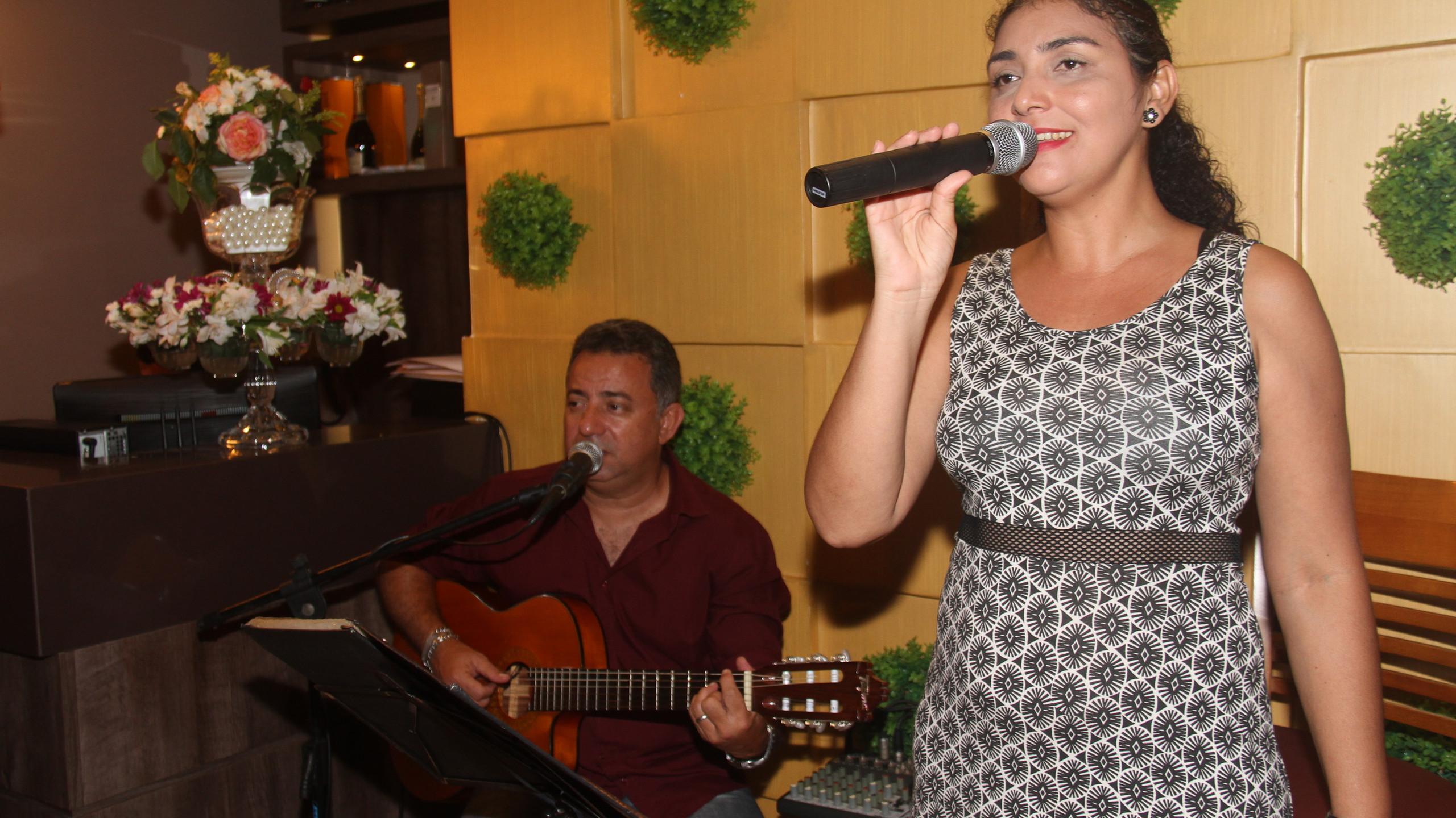 O músico Murilo Cardoso e a cantora Katiana Duarte, que se apresentam no jantar do feriado da Villa do Vinho Bistrô, na Cohama nessa sexta (02.11).