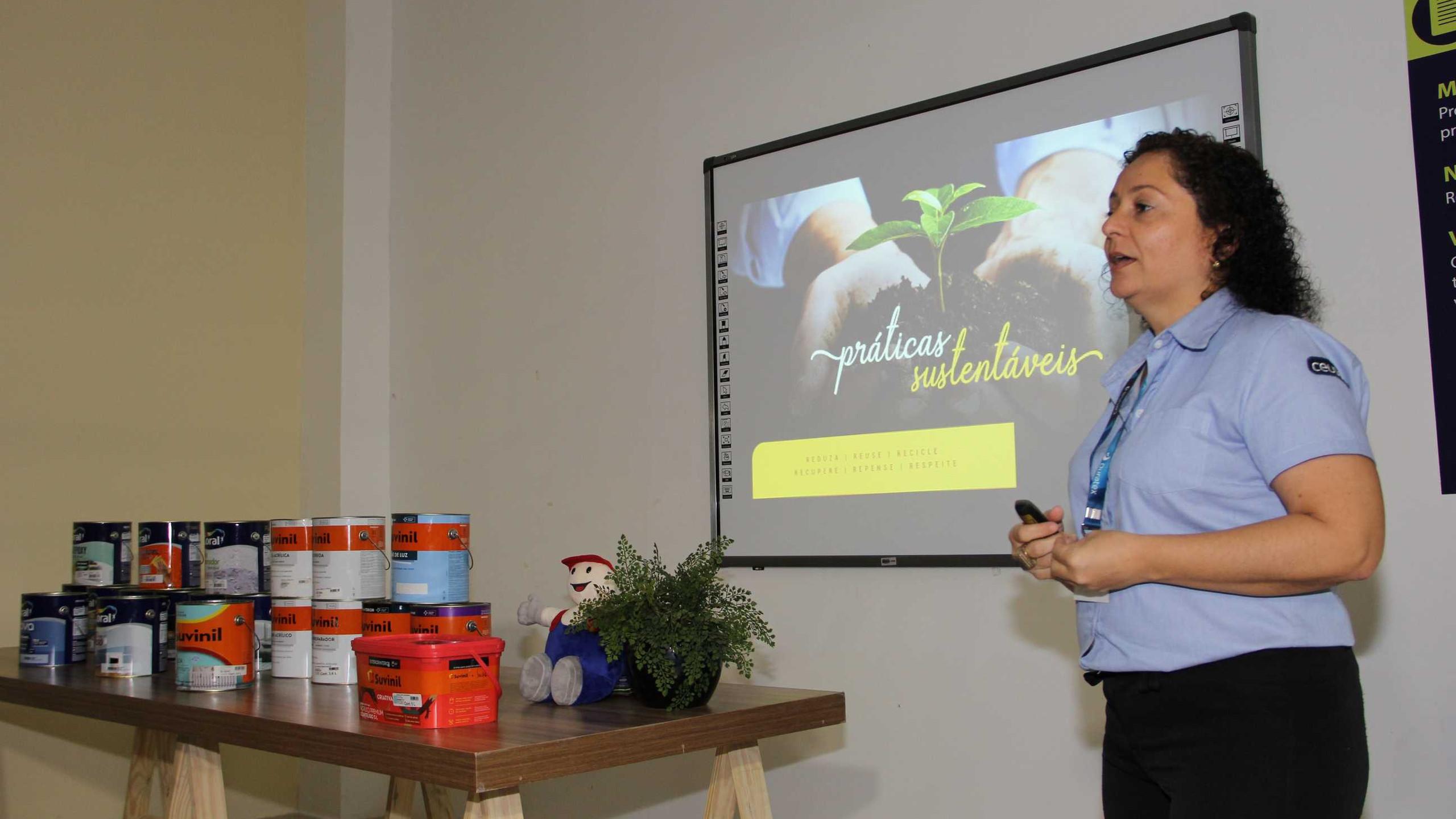A palestrante Natale Portela (Ceusa) que palestrou sobre tendências em revestimentos cerâmicos.