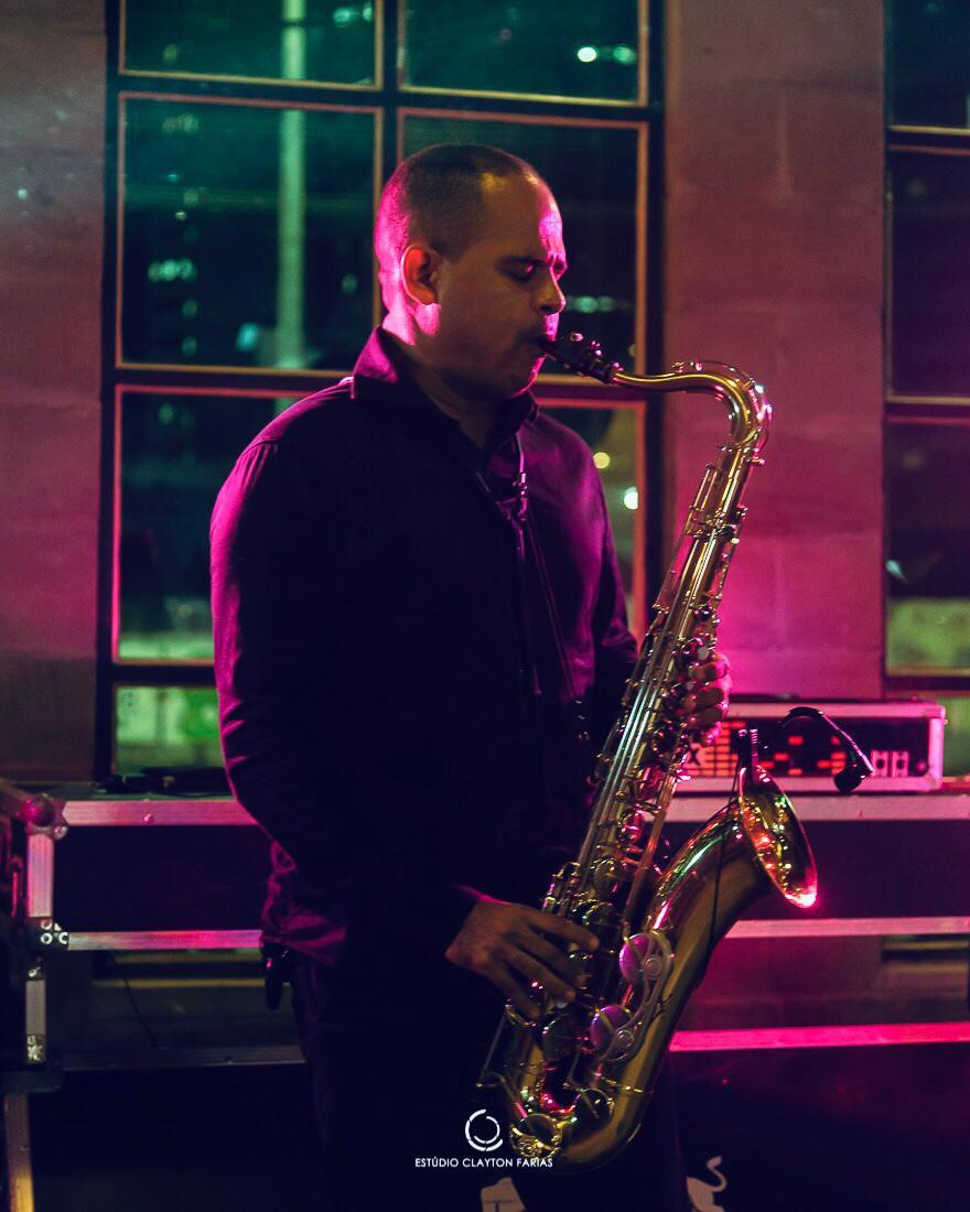 O músico Elton Nascimento e seu elegante pocket show de sax, que acontece no jantar da segunda – feira (07.09) na Villa do Vinho Bistrô.