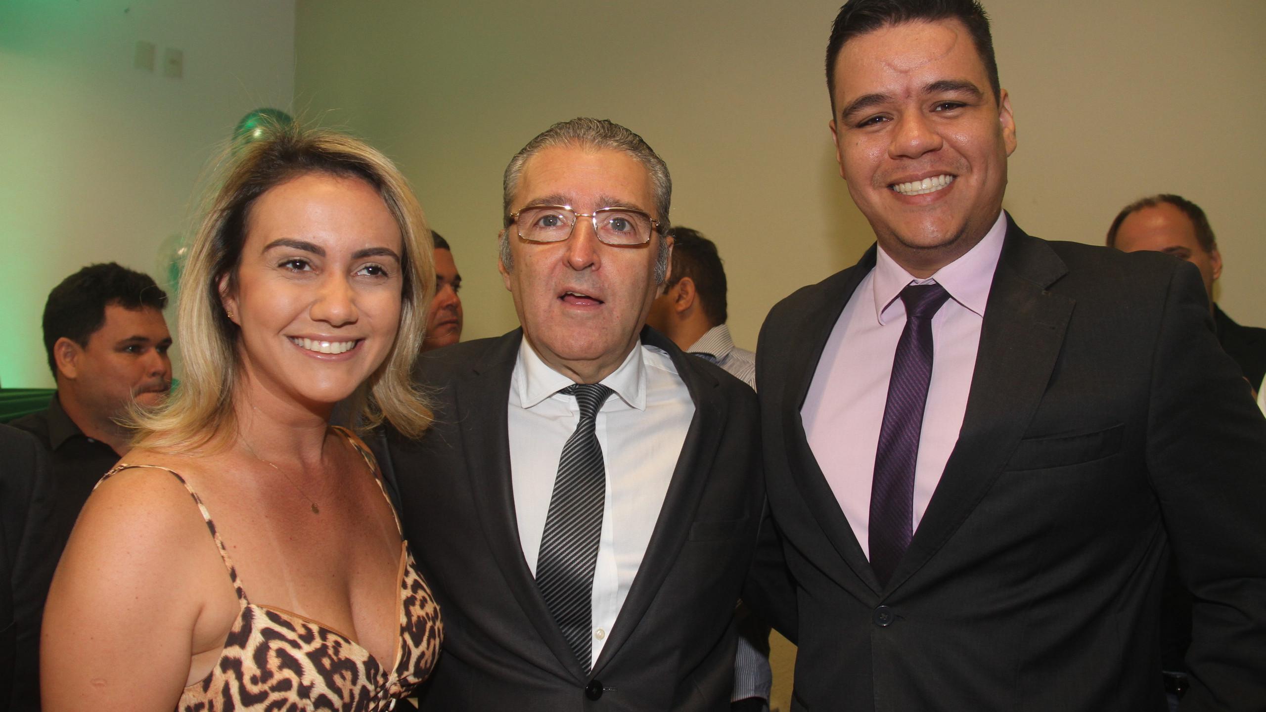 O Dir. Geral do HSLZ Plínio Valério Tuzzolo entre os representantes da SEGEP, Ana Caroline Mello e Guilherme Aranha.