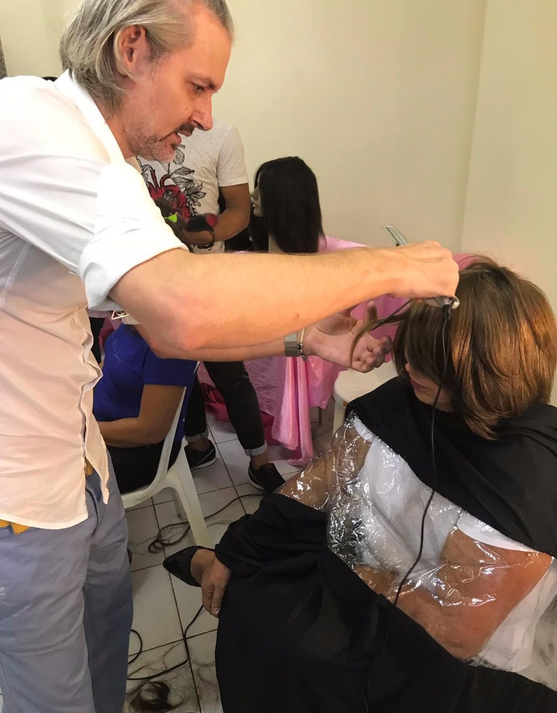 Cirio Sens preparando a entrega de uma das perucas para a paciente_edited_edited