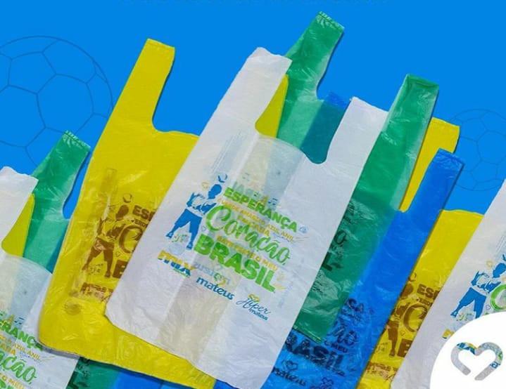 As sacolas trazem as cores do Brasil