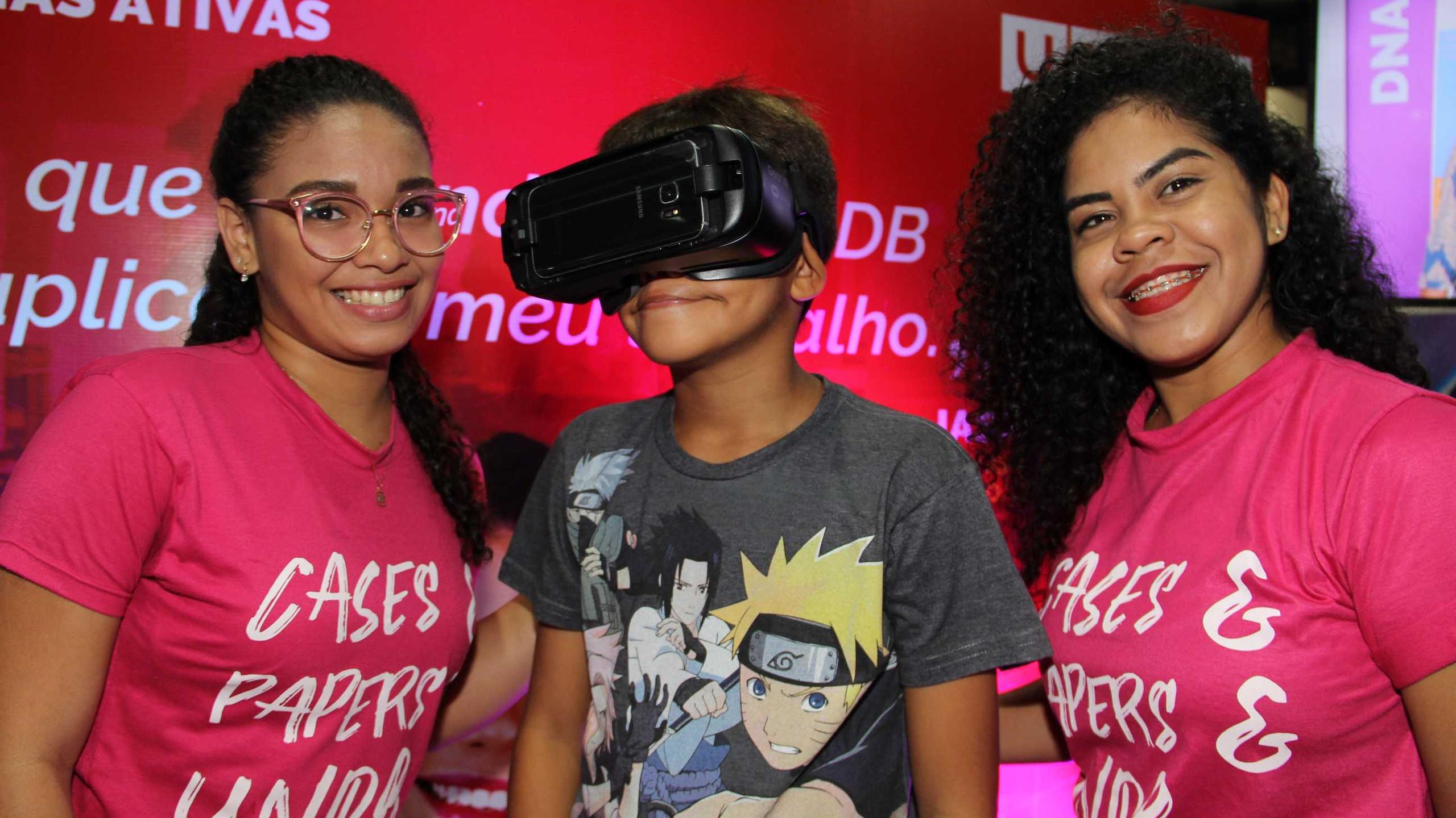 Hingrid Cristina e Jéssica Meireles entre Vitor Siqueira fazendo o tour virtual.