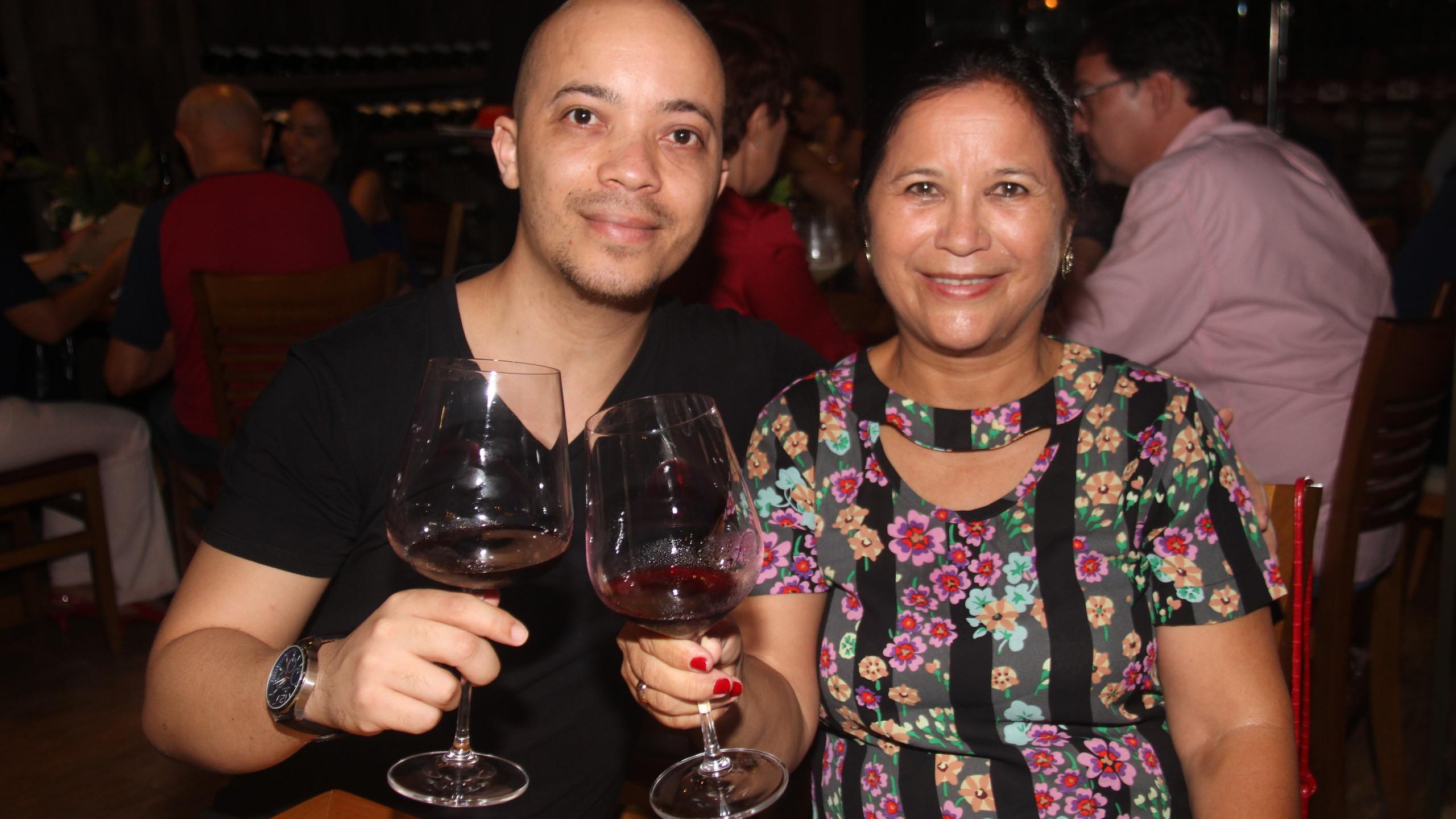 O brinde do osteopata Márcio Magalhães com a mãe Marilene Ferreira.