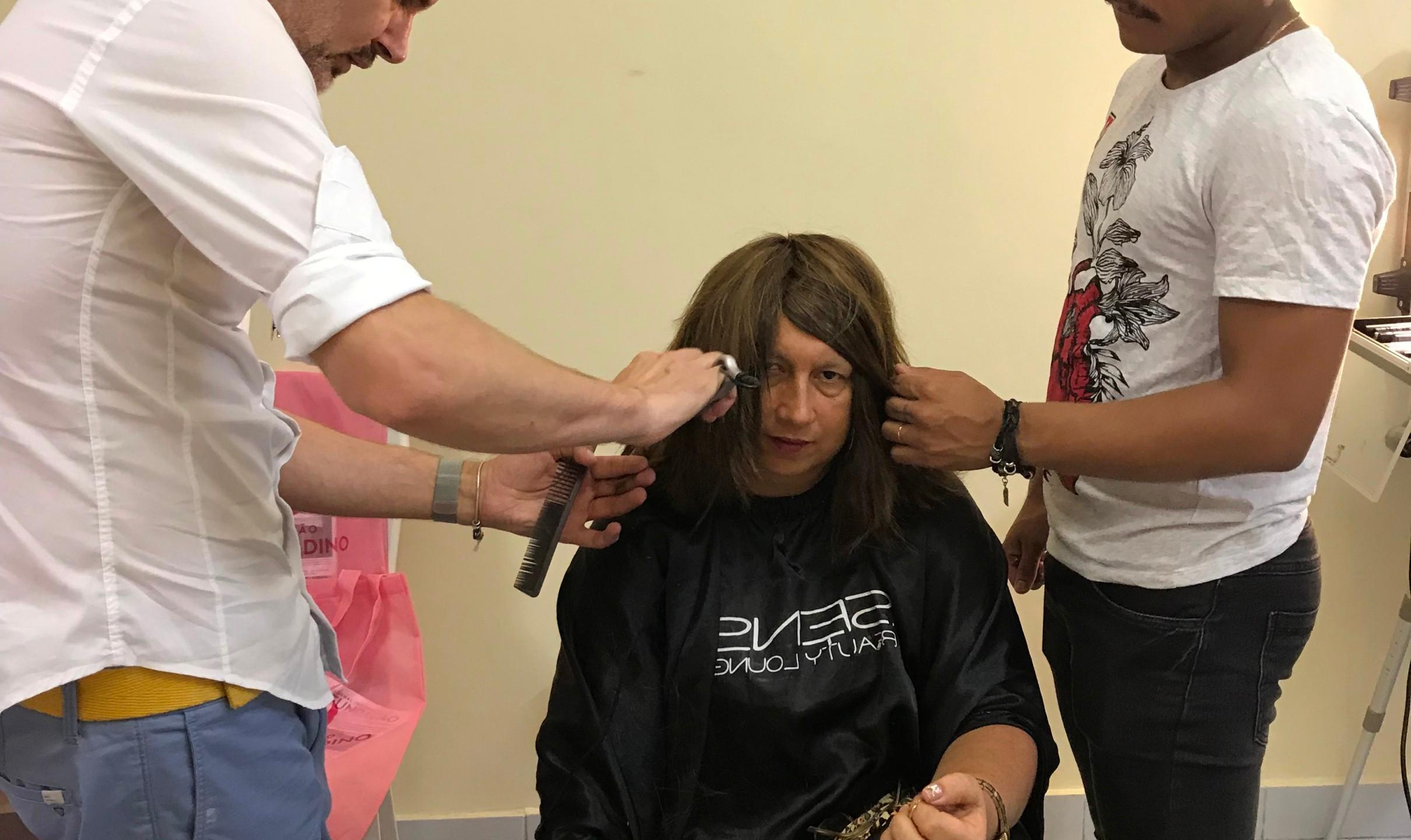 Cirio Sens preparando a entrega de uma das perucas para a paciente 1