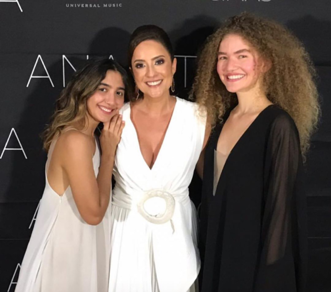 Raissa Murad entre a dupla de artistas AnaVitória, atração surpresa da festa.