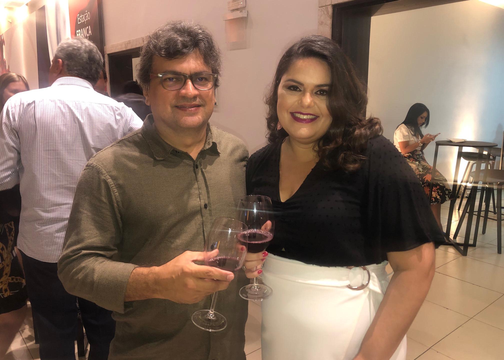 Os jornalistas Itevaldo Jr e Roberta Gomes.
