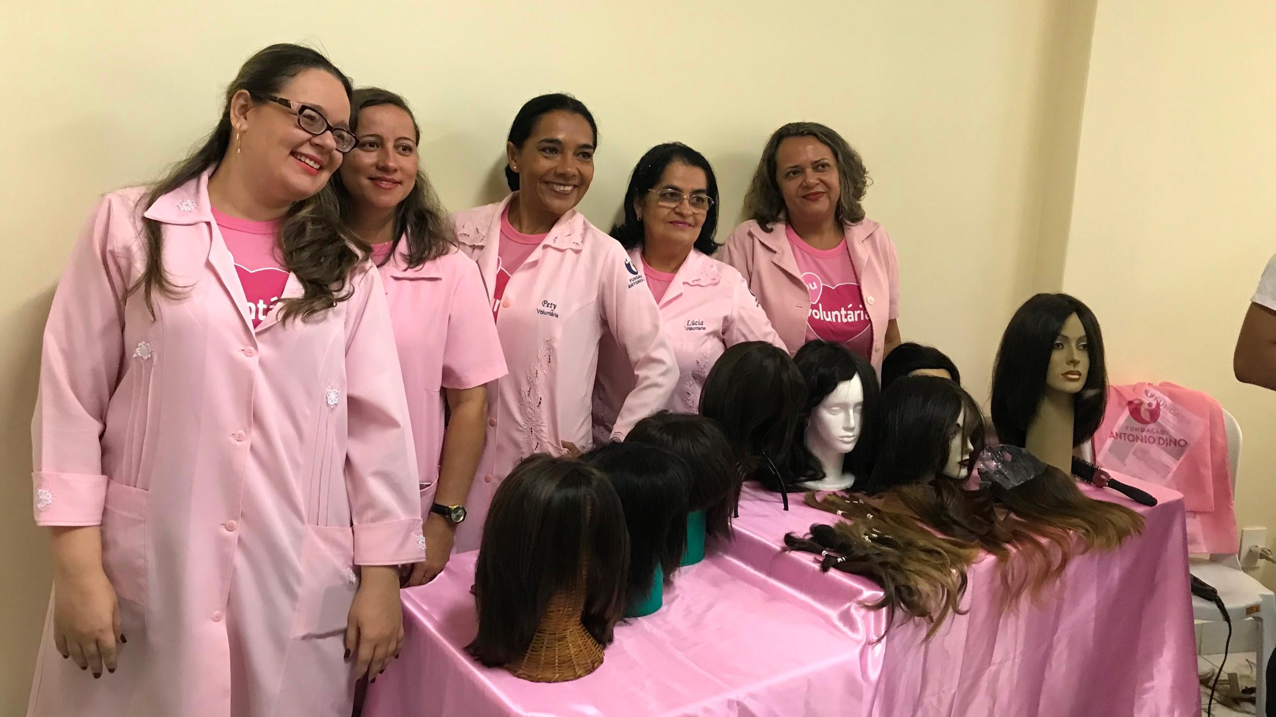 Voluntarias que fazem as perucas